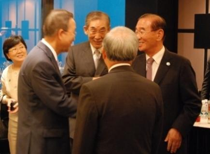 Ambassador Park Soo Gil (middle), introduces UN Secretary-General Ban Ki-moon (left) to guests at a dinner hosted in Seoul